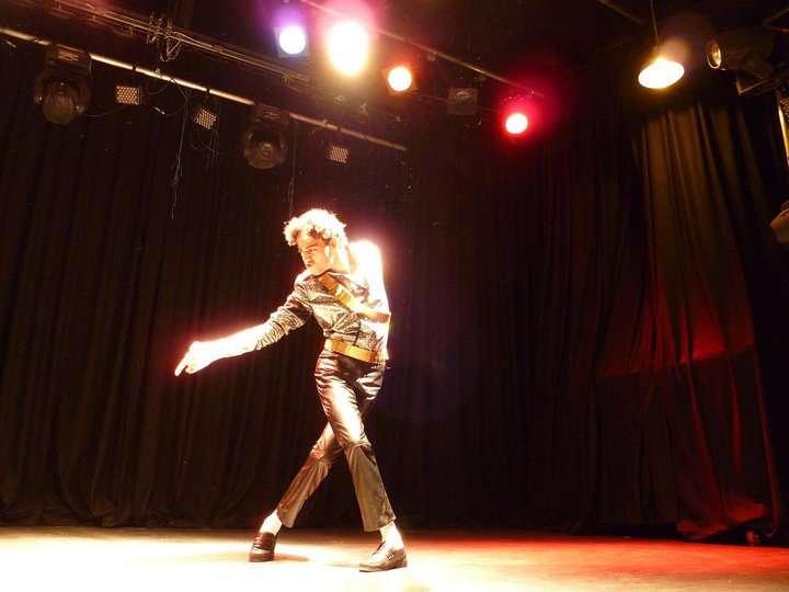 http://www.michaeljacksoncelebrityclothing.com/MJ-Pics/David-Jackson-Michael-Jackson-impersonator/167761_10150387035050471_886715470_16877866_6706559_n.jpg