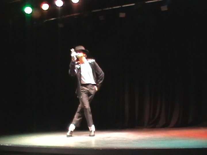 http://www.michaeljacksoncelebrityclothing.com/MJ-Pics/David-Jackson-Michael-Jackson-impersonator/2.jpg