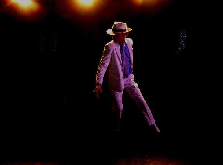 http://www.michaeljacksoncelebrityclothing.com/MJ-Pics/David-Jackson-Michael-Jackson-impersonator/215386_10150548882605471_886715470_17956374_3029415_n.jpg